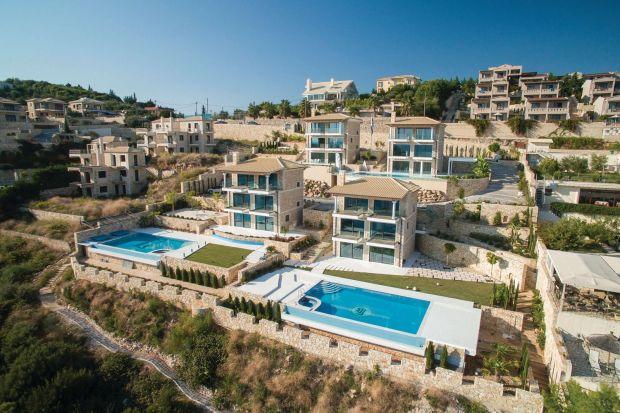 Villa Syvota powstała na północy Grecji, w miejscowości Igoumenitsa, która jest portem łączącym stały ląd z greckimi wyspami. Zimy są tutaj lekkie, latem nie ma upałów. Woda jest czysta i błękitna tak jak niebo, a w okolicy można odpoczywa