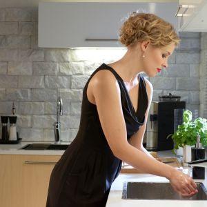 Najpierw zlewozmywak, potem blat, a na końcu kuchenka – właśnie taka kolejność uważana jest za najbardziej funkcjonalną w kuchni. Fot. Oras