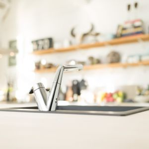 To, która nasza ręka jest dominująca, ma znaczący wpływ na sposób zagospodarowania strefy zmywania w kuchni. Fot. Oras