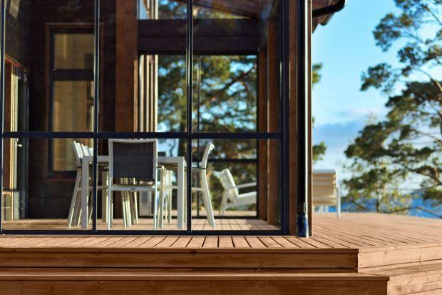 Drewno to piękny, naturalny surowiec, który wdzięcznie współgra z zielenią ogrodu i tworzy w nim prawdziwie rajski zakątek. Jest jednak podatne na wiele zagrożeń, mogących osłabiać i uszkadzać jego strukturę. Pod wpływem wysokich temperatur