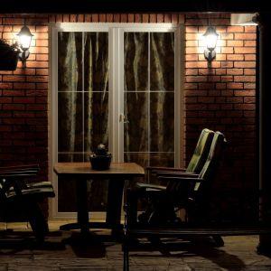 Osobom, które chciałyby uzupełnić oświetlenie ogrodu podświetlając również dom, rekomendujemy oprawy ścienne. Po zmroku oświetlą budynek, a w ciągu dnia staną się niezwykle nowoczesną i designerską ozdobą domu. Fot. GTV Poland