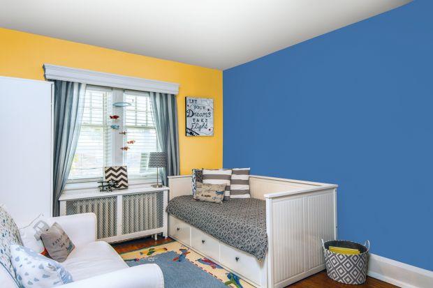 Wprowadzenie świeżych, letnich barw do salonu pozwoli wykreować pełne witalności wnętrze, które będzie zachęcać domowników do działania. Zestawienie energetycznych odcieni Oliwkowy gaj i Bursztyn na plaży stworzy wdzięczne tło dla mebli w c