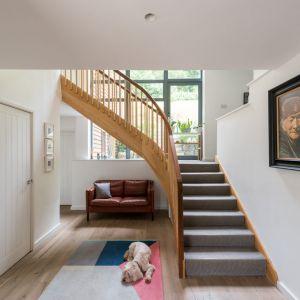 Drewniana balustrada idealnie pasuje do aranżacji. Fot. Giles Henry