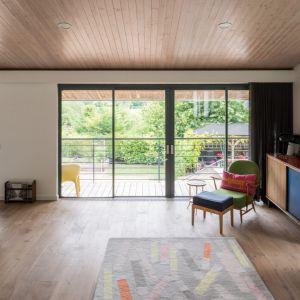 Balkon, w ciepłe dni, może być przedłużeniem salonu. Fot. Giles Henry