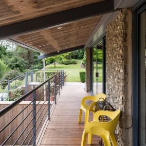 Balkon/taras jest idealnym miejscem na wypoczynek w ciepłe dni. Fot. Giles Henry