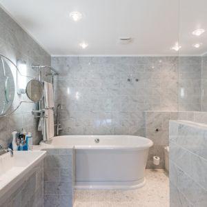 W łazience dominuje jasny kamień. Dzięki temu wnętrze wydaje się większe. Fot. Giles Henry