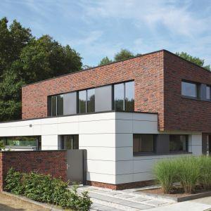 Cegła to materiał uniwersalny, który pasuje do każdej architektury budynku, od XIX – wiecznych kamienic aż po ultranowoczesne, proste bryły domów z płaskim dachem. Fot. Schüco