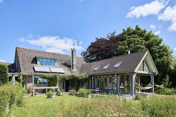 Historia tego domu sięga 1950 roku. Obecny właściciel przeprowadził remont, tworząc piękny wiejski dom, z którego rozciąga się wspaniały widok.