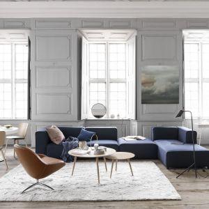 Biel jest często wybierana jako wiodący kolor podczas urządzania mieszkań w Skandynawii. Optycznie powiększa przestrzeń oraz nadaje jej świeżości. Fot. BoConcept