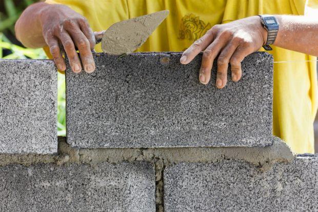 Z danych Głównego Urzędu Nadzoru Budowlanego wynika, że w 2017 r. wydano 194 775 pozwoleń na budowę dla 224 154 obiektów budowlanych - to o 3.9 proc. więcej niż w roku 2016, więcej było także obiektów oddanych do użytkowania. W Polsce nie br