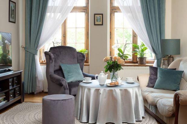 Tekstylia w oknach dopełniają wystrój pomieszczenia oraz chronią dom przed spojrzeniami sąsiadów i gorącymi promieniami słońca. Szczególnie w lecie warto pomyśleć o firanach i roletach woalowych. Lekki materiał doda pomieszczeniu świeżości