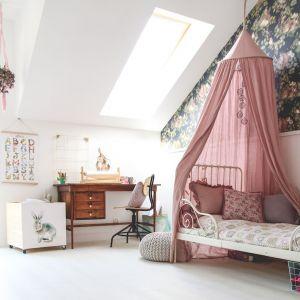 Pokój na poddaszu przepełniony jest najbardziej dziecięcym z dziecięcych kolorów – dominuje w nim róż. Fot. Quick-Step
