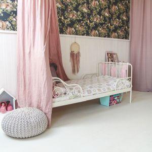 """Ten pokój na poddaszu ma coś, czego często brakuje innym dziecięcym miejscom. A jest nim styl przez duże """"S"""". Fot. Quick-Step"""