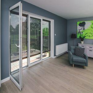 Optycznemu powiększeniu wnętrza sprzyja zastosowanie dużych przeszkleń, cieszących się we współczesnym budownictwie sporą popularnością. Fot. Fakro