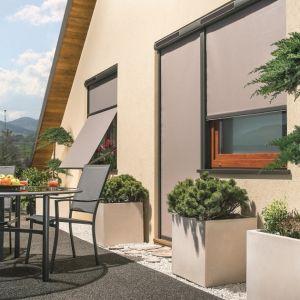 Skuteczną ochronę przed nasłonecznieniem zapewniają zewnętrzne osłony okienne – markizy i markizolety do okien pionowych. Fot. Fakro