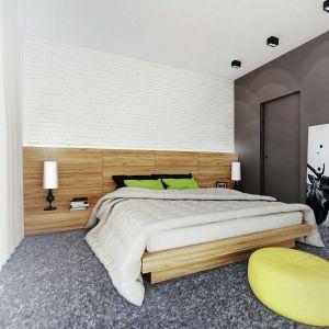 W sypialni bardzo modnie wykończono ścianę za łóżkiem – zastosowano tu białą cegłę. Wnętrze ożywiają soczyste dodatki. Fot. Domy w Stylu