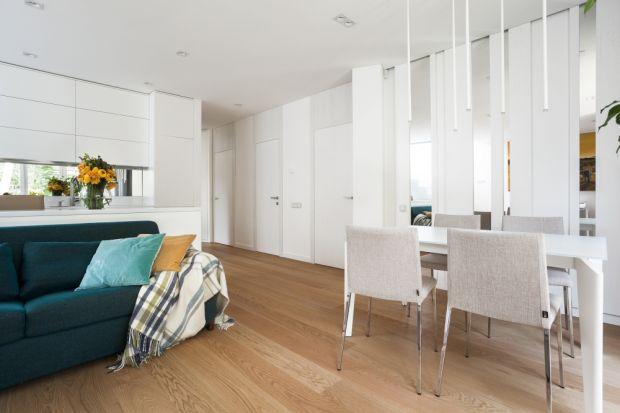Drewno uchodzi za materiał podłogowy najwyższej klasy, dlatego podłogi drewniane były, są i, jak wskazują najnowsze trendy, będą modne jeszcze długo. Zmiany można zaobserwować jedynie w popularności poszczególnych gatunków drewna, a także