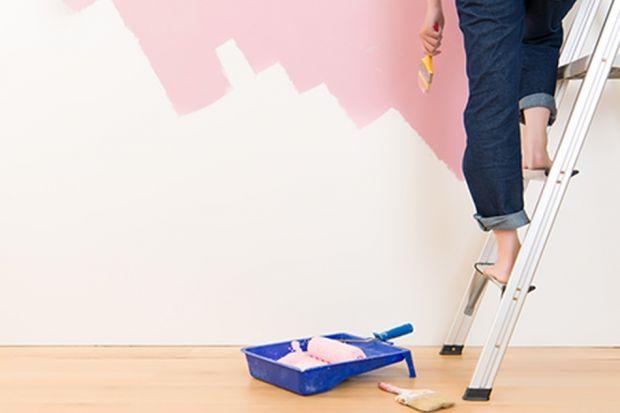 Dzięki malowaniu ścian możemy diametralnie odmienić charakter wnętrza. Jak szybko <br />i sprawnie przeprowadzić tego typu remont?