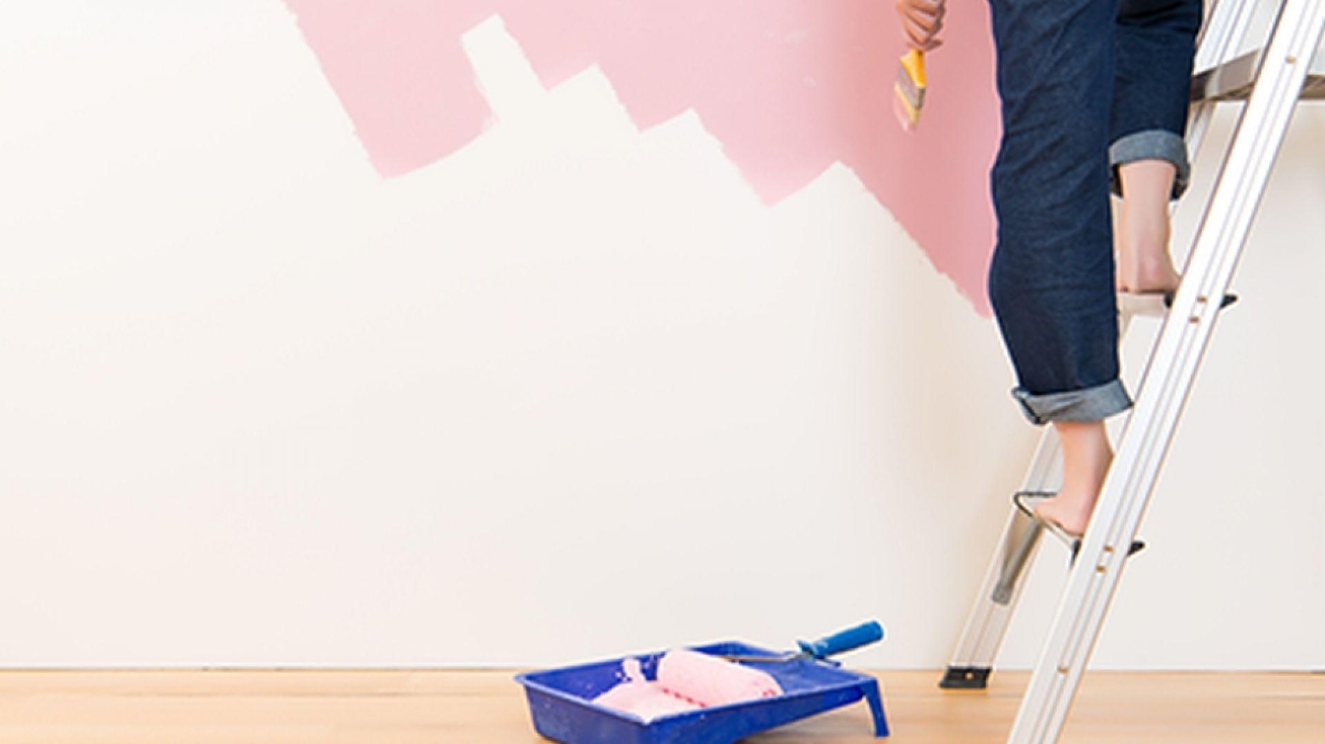 Pokrycie ściany farbą to najważniejszy, ale nie jedyny etap malowania wnętrz. Klucz do sukcesu to odpowiednie przygotowanie podłoża i wybór właściwej farby. Fot. Caparol