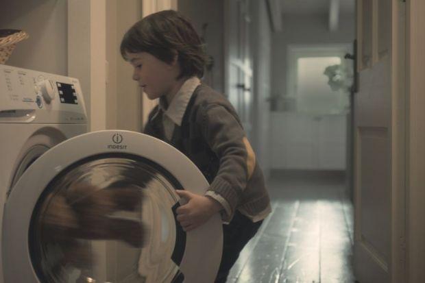 Nowoczesne pralki pozwalają nam skorzystać z co najmniej kilku trybów prania – m.in. do odzieży po ćwiczeniach, do ubrań kolorowych czy tkanin bawełnianych. Przede wszystkim różni je osiągana podczas cyklu temperatura wody. Kiedy wybrać prani
