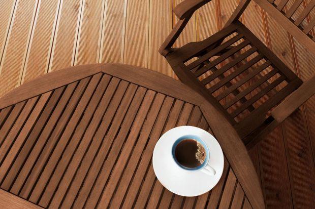 Meble ogrodowe, tarasy, a nawet elewacje – coraz więcej elementów na zewnątrz domu jest wykonywanych z drewna. Wszystko za sprawą jego wysokiej trwałości i ponadczasowego charakteru. Jednocześnie surowiec ten dodaje naturalnego wdzięku każdej s