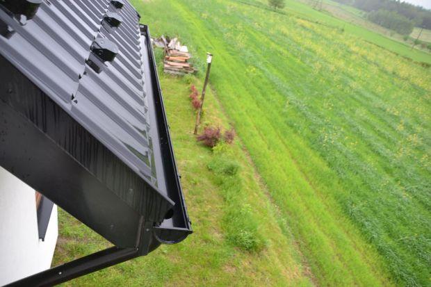 Koniec kalendarzowego lata i początek jesieni to idealny moment na to, by sprawdzić stan dachu i orynnowania swojego domu oraz przeprowadzić ewentualne prace naprawcze. Szczególną uwagę zwrócić należy na szczelność połaci dachowej i systemu od