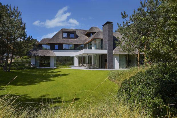 Ta prywatna rezydencja architekta De Beir, została całkowicie przeobrażona. Jej zewnętrzabryłaprzywodzi na myśl stare belgijskie wille z typowym dachem, pokrytym strzechą. Jednak nie dajcie się zwieść. Jej wnętrza zostały zaaranżowane w n