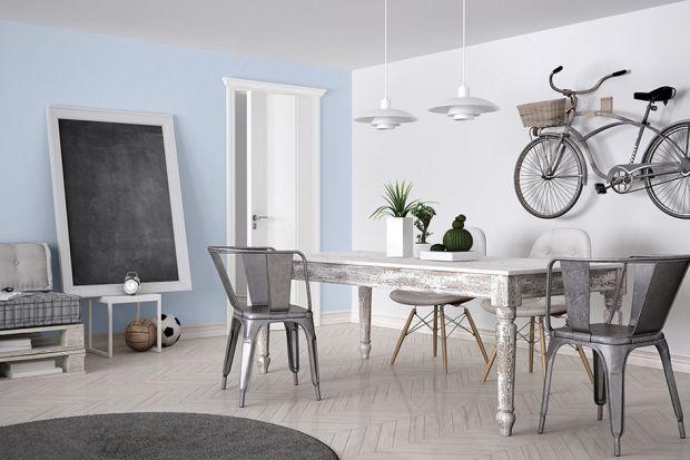 Małe przestrzenie często uszczuplają możliwości aranżacyjne, dlatego w mieszkaniu singla najlepiej sprawdzi się minimalizm. Ograniczając się do najważniejszych elementów w sypialni, jak wygodne łóżko, stolik i lampka nocna, stworzymy przestr