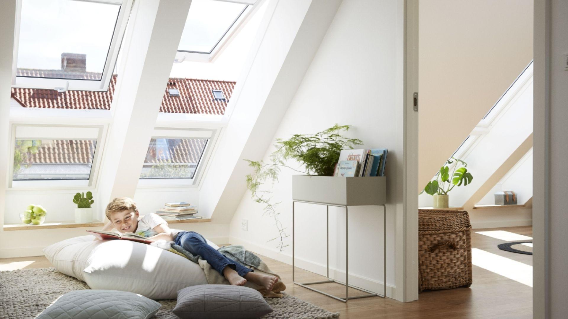 Przy zakupie okien do domu warto wybierać okna, które mają większe szyby w stosunku do ram. Fot. Velux