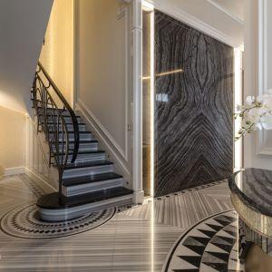 W wejściu oraz w kuchni i na wewnętrznej klatce schodowej architekci postawili na Nero Marquinia, czarny marmur z białymi żyłkami, ze szczególną, drobno inkrustowaną dekoracyjną obwódką. Fot. Margraf