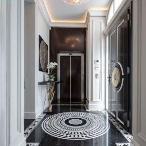 W willi odnajdziemy bogato zdobione ściany i sufity z wewnętrzną sztukaterią i listwami dekoracyjnymi z LED-owym, subtelnym podświetleniem w celu zaznaczenia i odgrodzenia funkcji poszczególnych pomieszczeń. Fot. Margraf