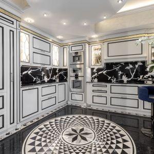 W wejściu oraz w kuchni i na wewnętrznej klatce schodowej architekci postawili na Nero Marquinia, czarny marmur z białymi żyłkami, ze szczególną, drobno inkrustowaną dekoracyjną obwódką, Fot. Margraf