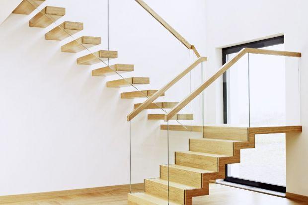 Drewno i szkło w schodach wewnętrznych