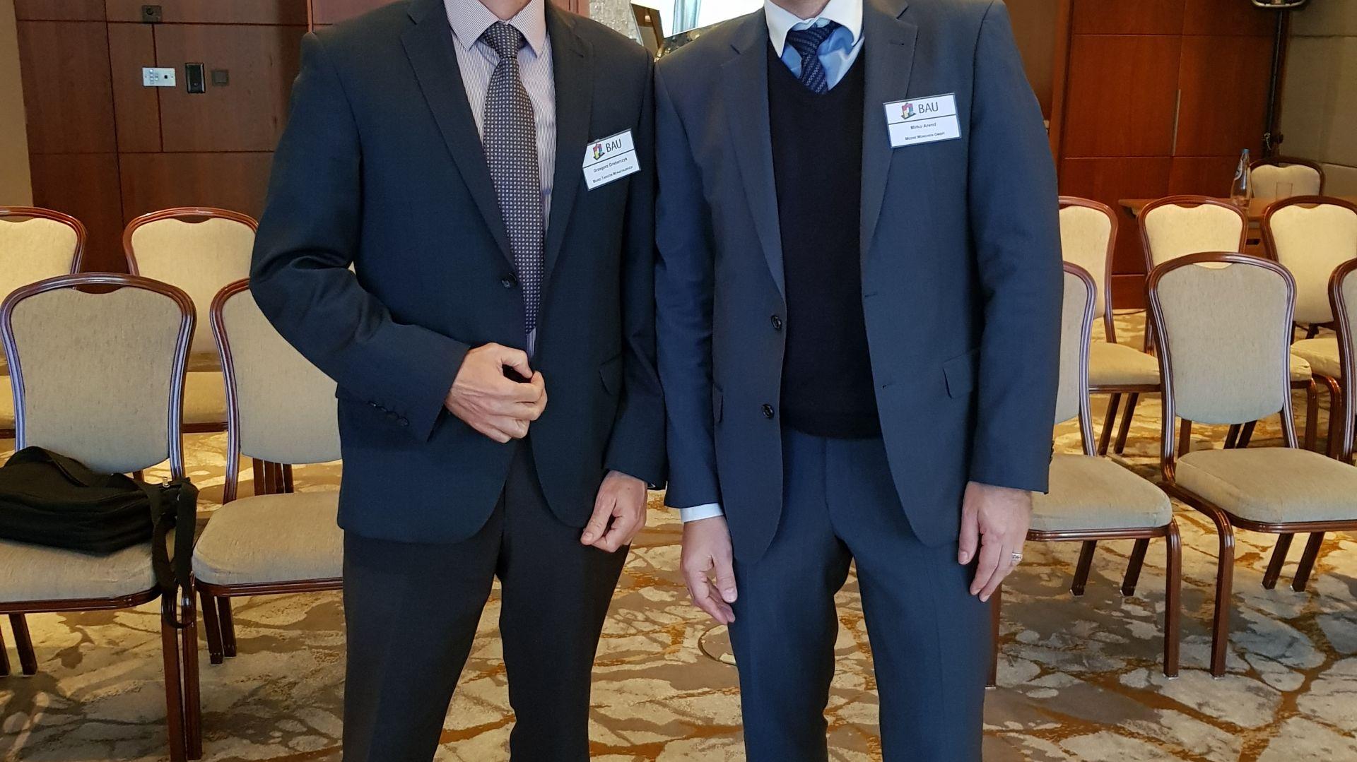 Podczas konferencji, która odbyła się 16 października br. w warszawskim hotelu Westin, Mirko Arend, komisarz targów BAU (pierwszy od prawej) oraz Grzegorz Grabarczyk, dyrektor Biura Targów Monachijskich w Polsce odpowiadali na pytania dziennikarzy dotyczące nowej formuły targów BAU 2019, zwiększonej przestrzeni wystawowej oraz liczby odwiedzających. Fot. Biuro Targów Monachijskich w Polsce