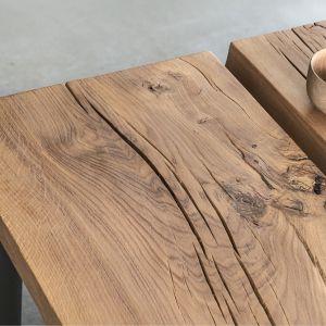 Blat wykonany jest z masywnej, litej deski dębowej, która zachwyca naturalnym rysunkiem słojów, sękami i spękaniami. Fot. Zajc