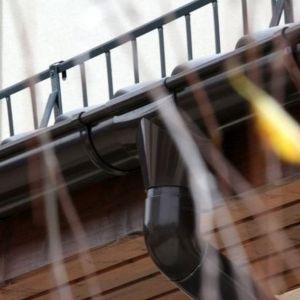 Aby podczas deszczowych i chłodnych miesięcy rynny spełniały swoją funkcję trzeba je odpowiednio do tego przygotować. Fot. Galeco