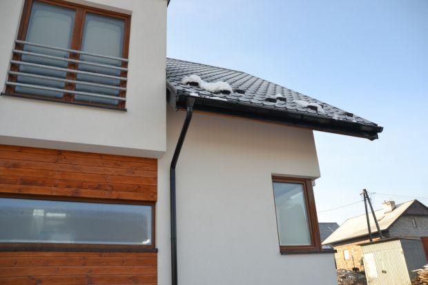 Zamarzająca woda, topniejący śnieg, zwisające sople lodu – wszystkie te elementy stanowią nie lada obciążenie dla domu, konstrukcji dachu, a także całego systemu rynnowego i mogą powodować poważne uszkodzenia. Zalegające w korytach rynien z