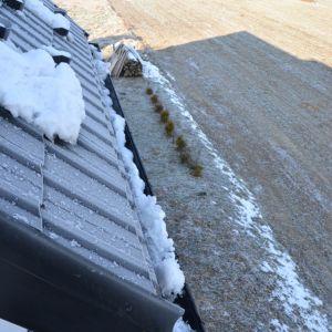 Zamarzająca woda, topniejący śnieg, zwisające sople lodu – wszystkie te elementy stanowią nie lada obciążenie dla domu. Fot. Galeco