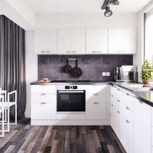 W białej kuchni postawiono na praktyczne rozwiązania. Pojemne szafki i ergonomiczne rozmieszczenie poszczególnych stref roboczych. Fot. Domy w Stylu