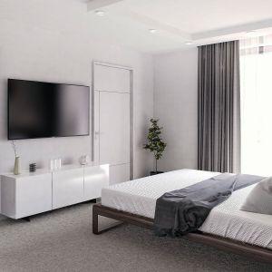"""Duże okno w sypialni jest """"źródłem"""", jakże pożądanego, światła naturalnego. Fot. Domy w Stylu"""
