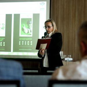 Na konferencji Izobudu uczestnicy mieli okazję posłuchać specjalistycznego wykładu koordynatorki ds. jakości w firmie, Ireny Domskiej. Fot. Arbet Izobud Materiały Budowlane