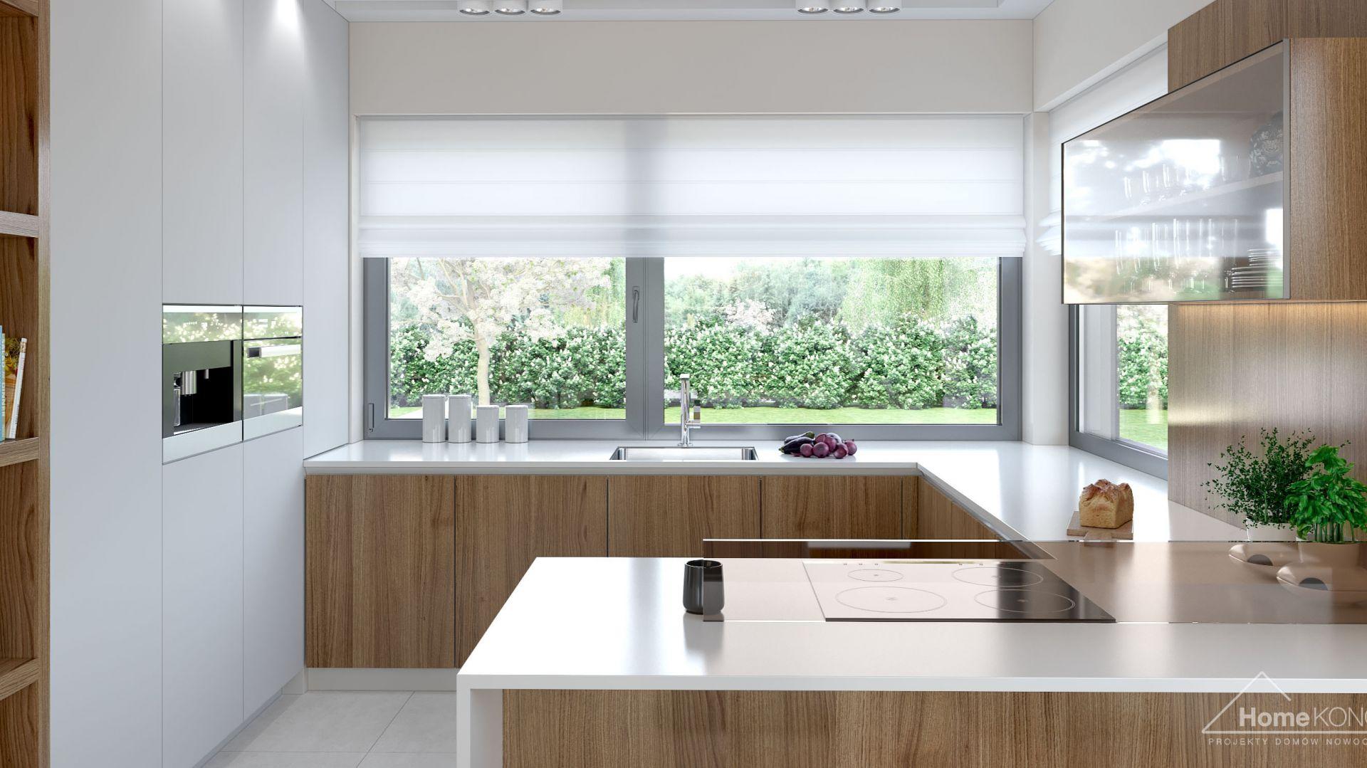 W kuchni nie brakuje dużych okien, które wpuszczają do wnętrza dużo naturalnego światła. Fot. HomeKONCEPT