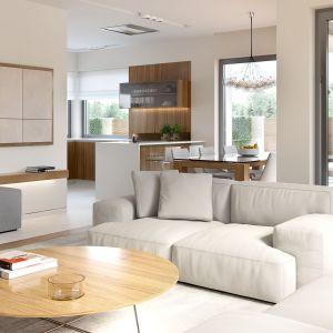 Pomimo niedużej powierzchni użytkowej domu strefa dzienna tworzy przestrzenne i komfortowe wrażenie. Fot. HomeKONCEPT