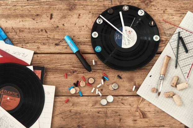 Zegar winylowy z kapslami zamiast godzin pozwoli wyczarować styl retro w mieszkaniu i stanie się jego ozdobą. Miłośnicy muzyki mogą w ten sposób wykorzystać porysowane płyty i podarować im drugie życie.