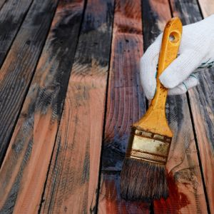 Jeśli podłoga została wykonana z surowego drewna, po wysuszeniu najpierw należy ją zaimpregnować preparatem zabezpieczającym przed grzybami i insektami. Fot. Shutterstock