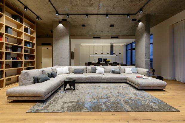 Ten syberyjski penthouse wyróżnia się otwartą przestrzenią mieszkalną, jednocześnie nie tracącą na funkcjonalności. We wnętrzach znajdziemy loftowe akcenty, jak choćby surowe betonowe ściany oraz dużo naturalnych materiałów jak drewno, a o