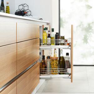 Dolne szafki i szuflady możemy wykorzystać na cięższe przedmioty, np. słoiki. Fot. Häfele