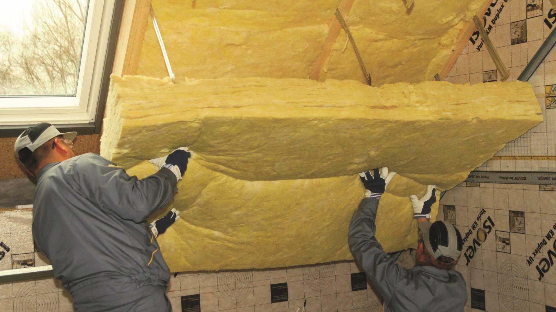 W przypadku konstrukcji dachowych ocieplanych wełną warto zwrócić uwagę, by izolacja była sprężysta i niepalna. Dzięki temu zastosowane ocieplenie szczelnie wypełnia przestrzenie między krokwiami, niwelując mostki termiczne, a także chroni drewniane elementy konstrukcji przed ewentualnym zagrożeniem pożarowym. Fot. Isover