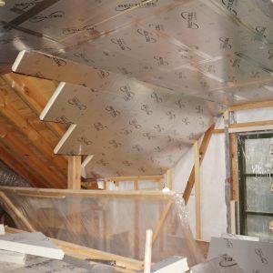 Innym sposobem na ocieplenie dachu jest metoda nakrokwiowa. Polega ona na układaniu termoizolacji na krokwiach, w przeciwieństwie do tradycyjnej izolacji od strony poddasza, między krokwiami. Izolacja ta skutecznie eliminuje problem mostków termicznych powstający w przypadku systemów termoizolacji międzykrokwiowej. Fot. Recticel