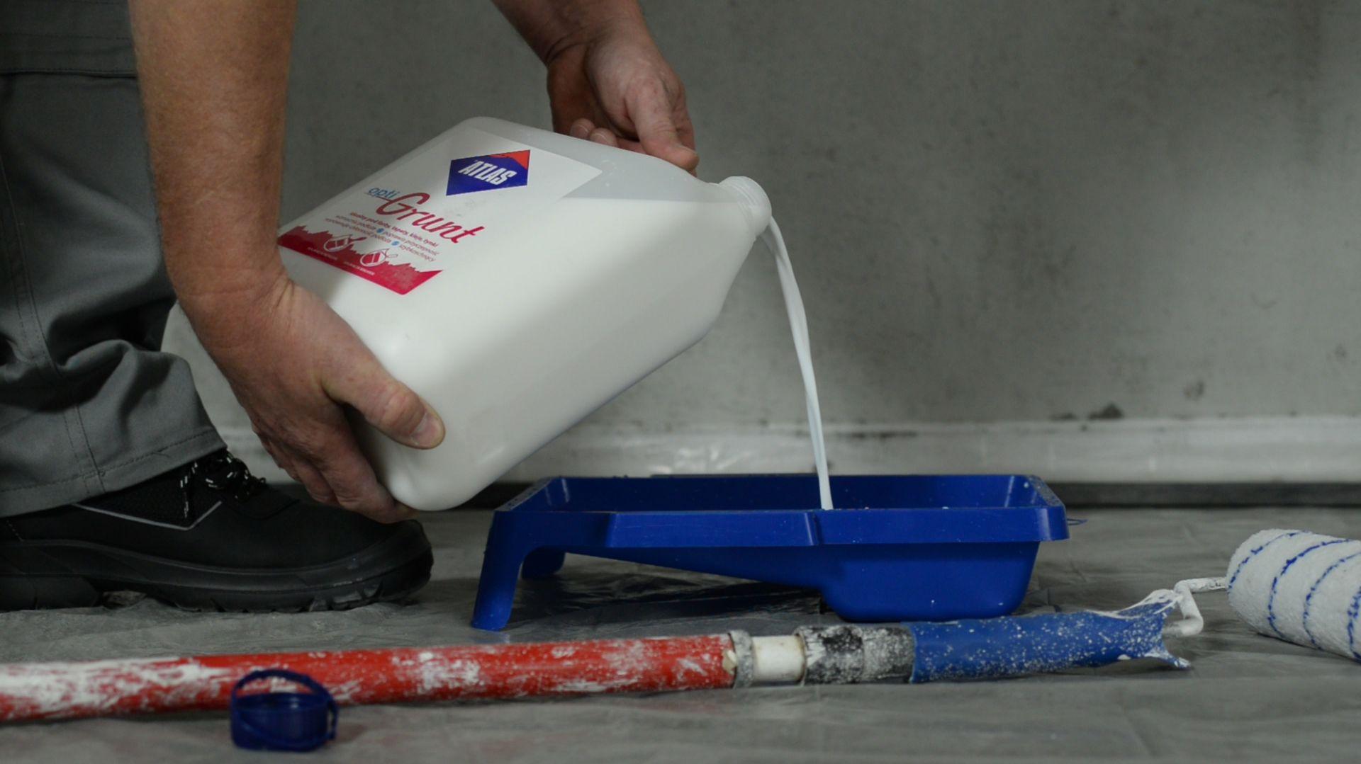 Przygotowanie podłoża pod malowanie, niezależnie czy jest to sufit, czy ściana, wymaga odpowiedniej diagnozy podłoża. Może się okazać, że wierzchnia warstwa ściany jest niestabilna. Po odpyleniu nadal nadmiernie się obsypuje lub pyli. Wtedy niezbędne jest zastosowanie preparatu gruntującego. Fot. Atlas